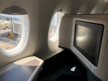 Cathay Pacific Business Class A350-1000 Monitor eingeklappt
