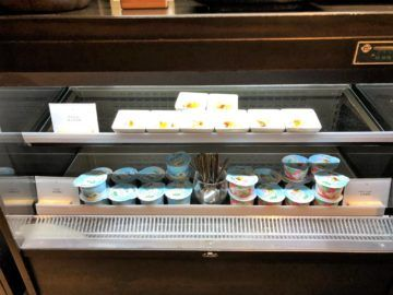 cathaypacific business class lounge taiwan taoyuan joghurt