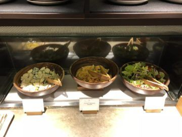 cathaypacific business class lounge taiwan taoyuan salatbar
