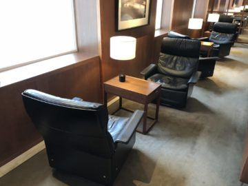 cathaypacific business class lounge taiwan taoyuan sitzgelegenheit2