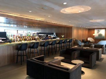 cathaypacific business class lounge the pier hongkong bar