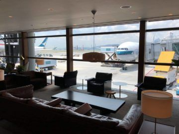 cathaypacific business class lounge the pier hongkong blick rollfeld