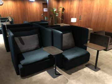 cathaypacific business class lounge the pier hongkong entspannungssessel