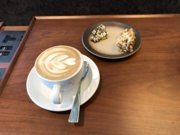 cathaypacific business class lounge the pier hongkong kaffe gebaeck