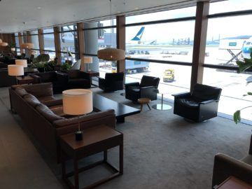 cathaypacific business class lounge the pier hongkong sitzbereich ausblick