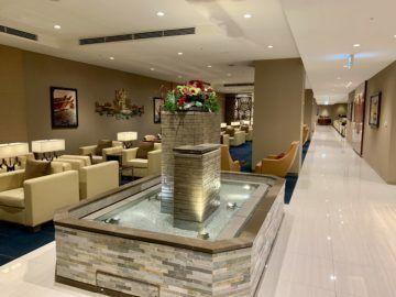 emirates lounge tokio narita brunnen 2