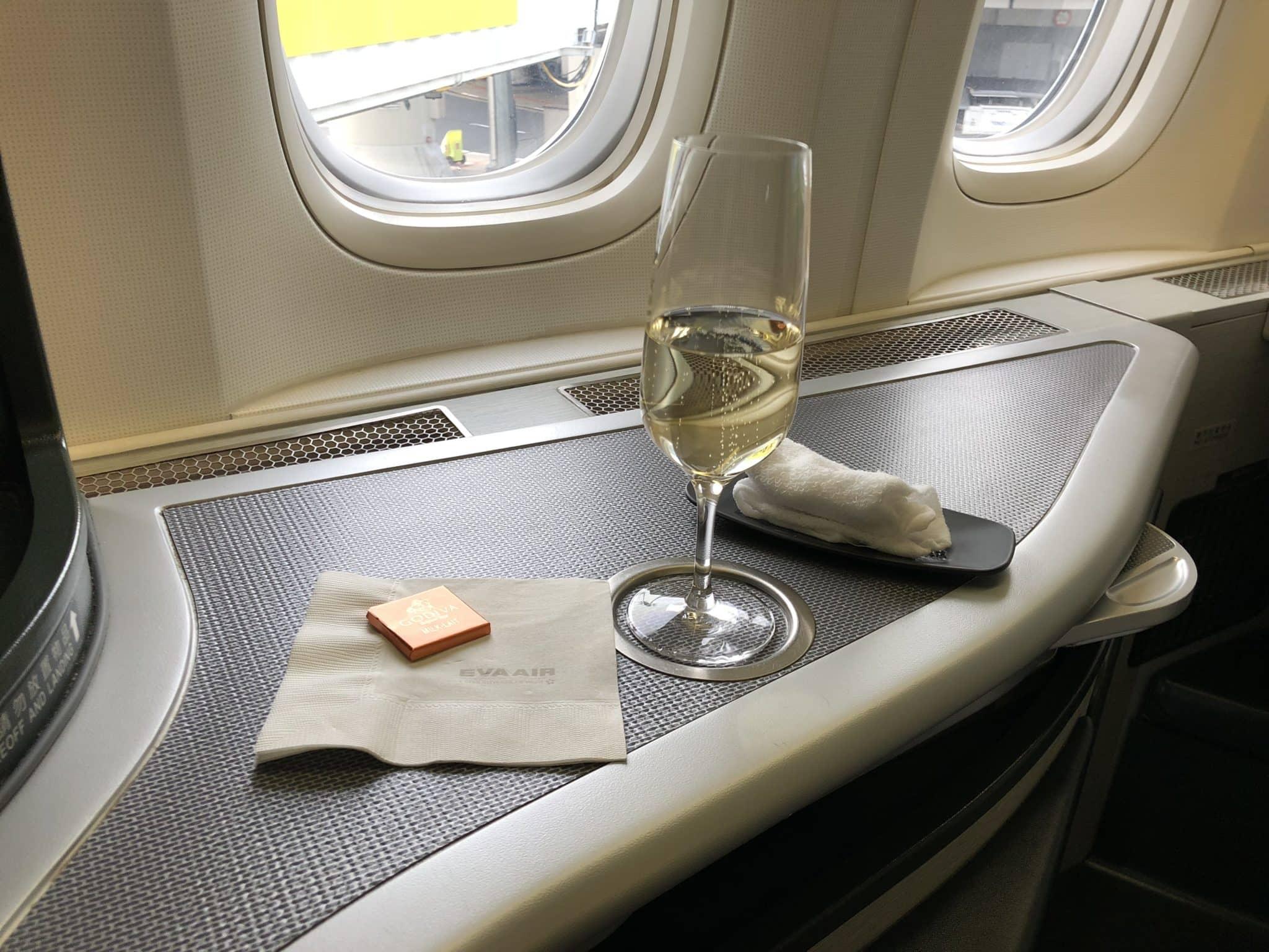 EVA Air Business Class Boeing 777-300 Sekt, heißes Tuch