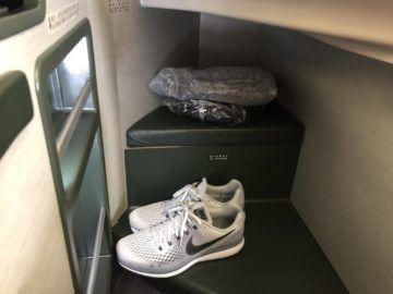 EVA Air Business Class Boeing 777-300 Stauraum Schuhe