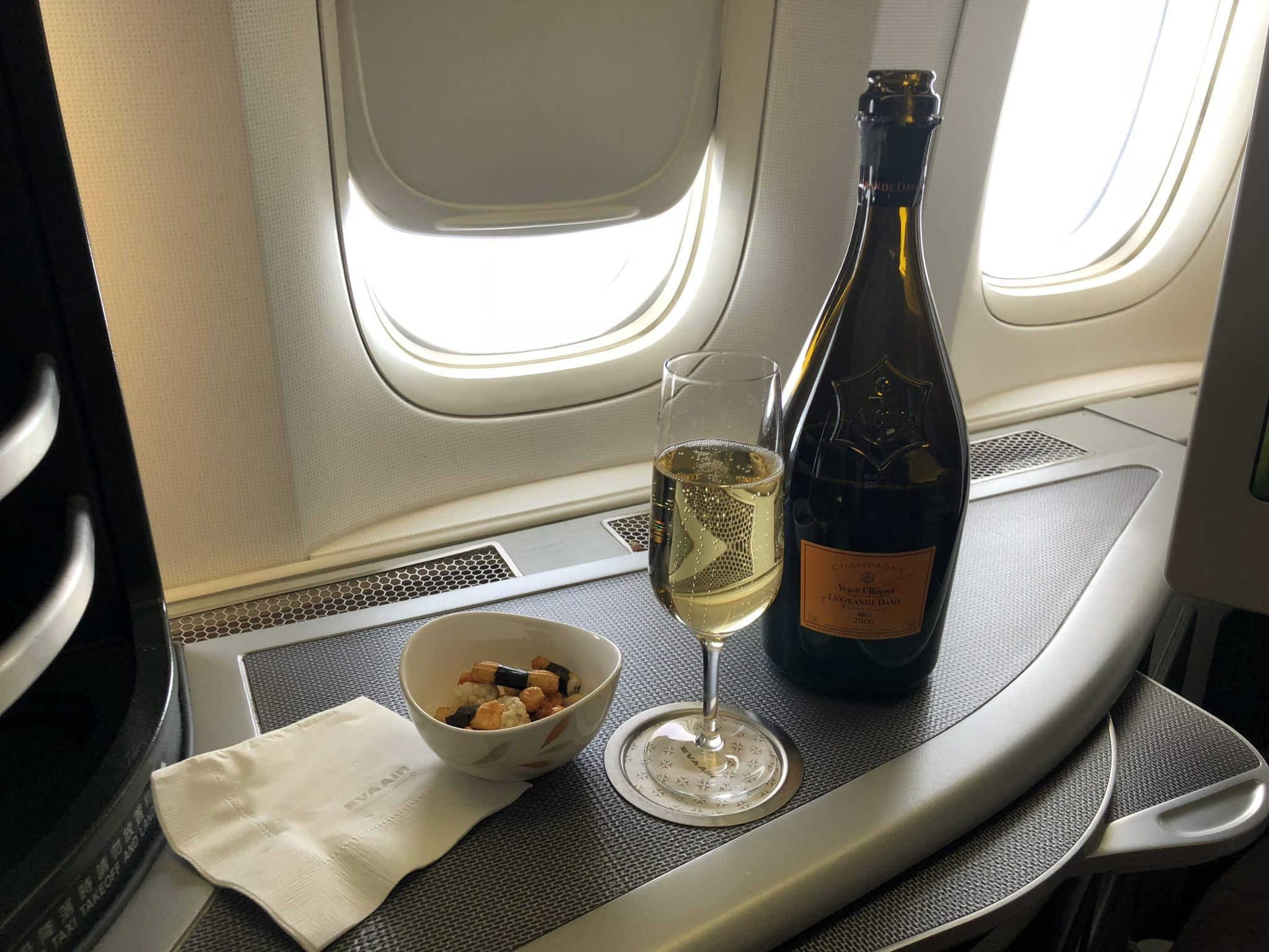 EVA Air Business Class Boeing 777-300 Champagner und Snacks