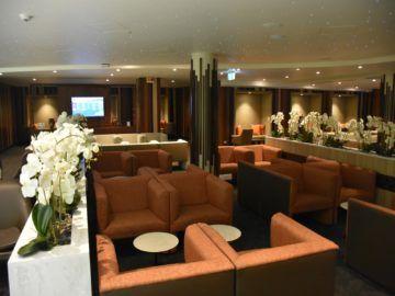 fiji airways premier lounge nadi blick aus dem zentralen sitzbereich