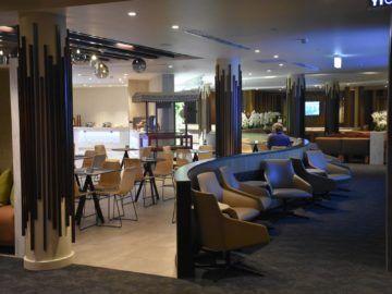 fiji airways premier lounge nadi blick vom hinter teil zum essbereich