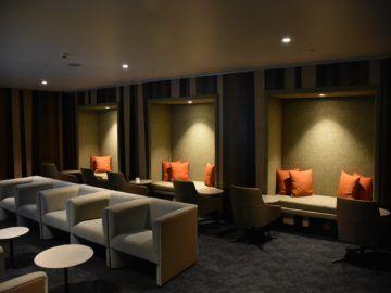 fiji airways premier lounge nadi sitznischen und sessel