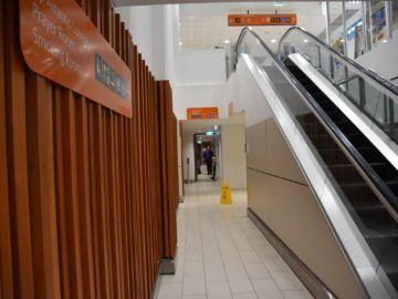 fiji airways premier lounge nadi treppe hinunter zur lounge
