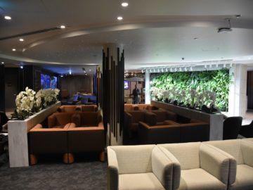 fiji airways premier lounge nadi zentraler sitzbereich mit blick zum buffet