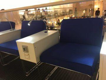 finnair lounge helsinki nonschengen sessel anschluesse2