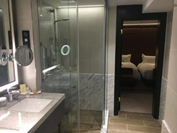 hilton budapest two bedroom suite badezimmer dusche ausgang