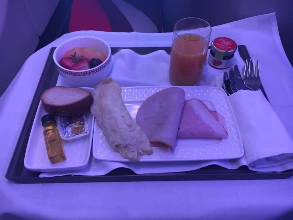 Omelette mit Schinken, Zwieback mit Marmelade und Butter, sowie eine Schale mit Früchten