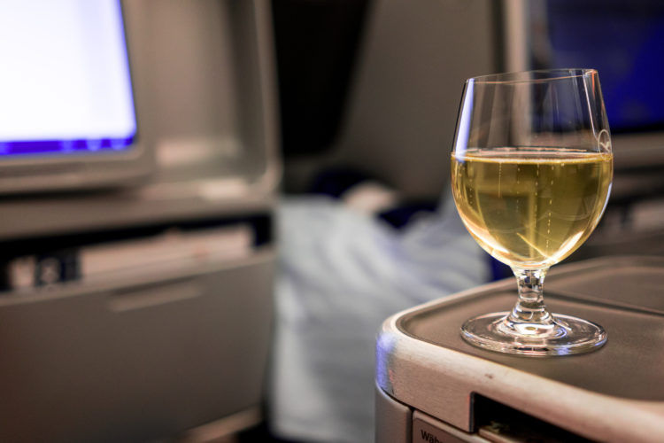 lufthansa business class airbus 350 stauraum sekt welcome drink