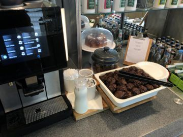 lufthansa business lounge bremen schoko muffins