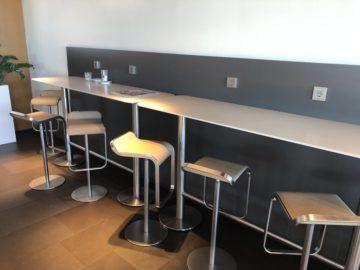 lufthansa business lounge frankfurt a26 tresen sitzbereich