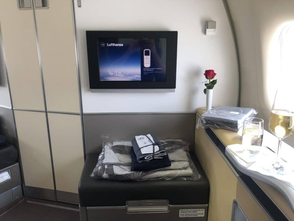 lufthansa first class boeing 747 8i blick auf den monitor