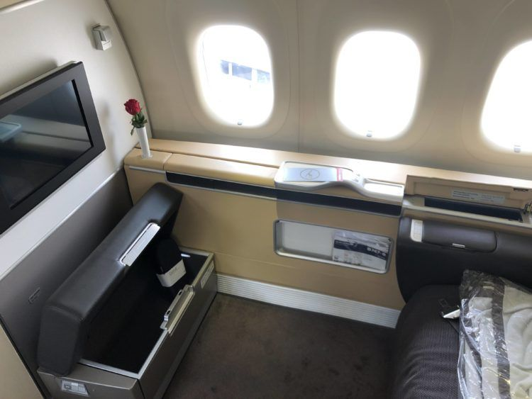 lufthansa first class boeing 747 8i blick auf den tv