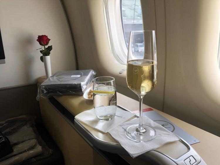 lufthansa first class boeing 747 8i champagner begruessung