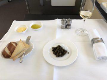 lufthansa first class boeing 747 8i kaviar brot zwiebeln