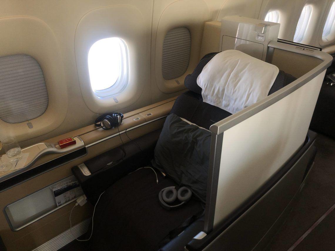lufthansa first class boeing 747 8i sitz 2b fenster schutzwand