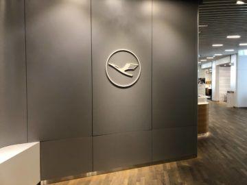 lufthansa senator lounge frankfurt a lufthansa logo