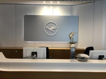 lufthansa senator lounge frankfurt a service desk