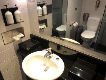 qantas business lounge auckland duschkabine