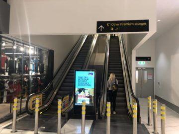 qantas business lounge auckland rolltreppe zur lounge