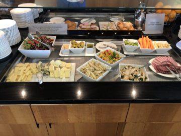 qantas business lounge auckland salat kaesebar