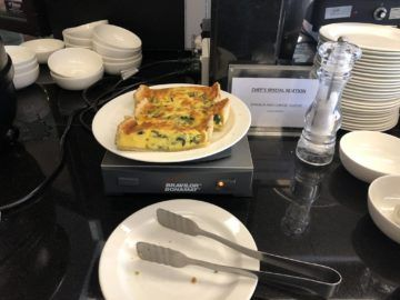 qantas business lounge auckland spinat cheese quiche