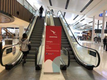 qantas international business lounge sydney rolltreppe