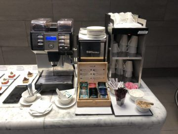 Qatar Airways Al Mourjan Business Class Lounge Kaffeemaschine und Tee