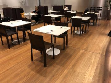 Qatar Airways Al Mourjan Business Class Lounge Tische Restaurant oben