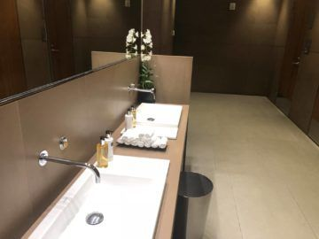 Qatar Airways Al Mourjan Business Class Lounge Waschbecken