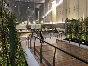 Qatar Airways Al Mourjan Business Class Lounge Restaurant hinten