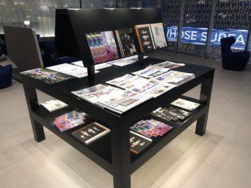 qatar airways al mourjan business class lounge zeitschriften zeitungen