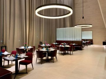 qatar airways al safwa first class lounge doha essbereich 1