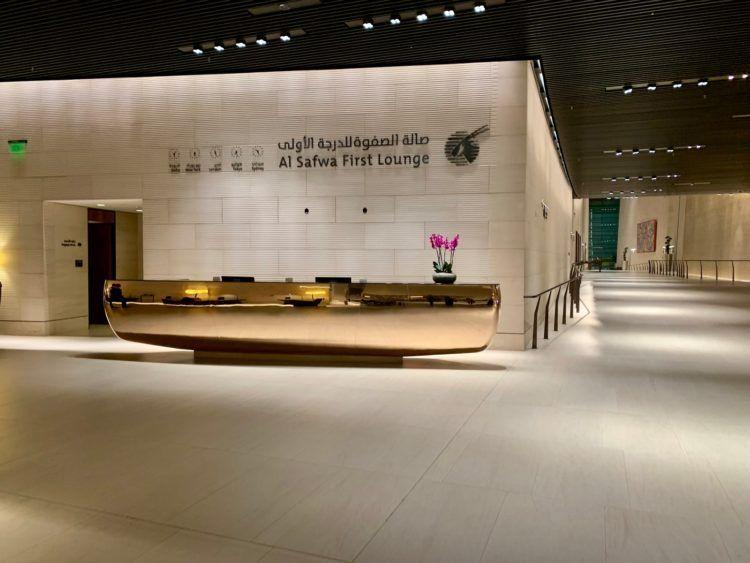 qatar airways al safwa first class lounge doha rezeption