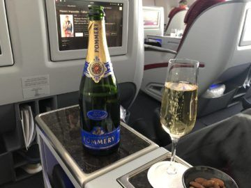 qatar airways business class boeing 777 200lr champagner nuesse