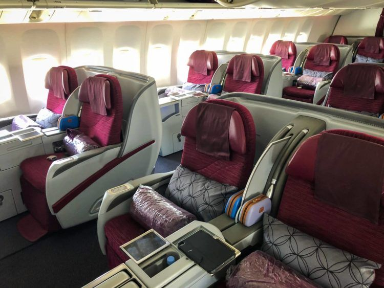qatar airways business class boeing 777 200lr kabine vorne