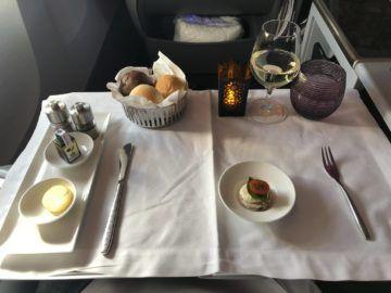 qatar airways business class boeing 777 200lr tisch gedeckt