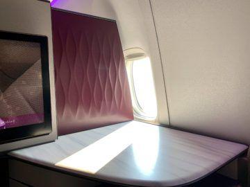 qatar airways qsuite boeing 777 300er ablage