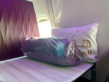 qatar airways qsuite boeing 777 300er decke kissen
