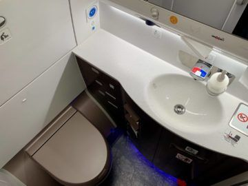 singapore airlines business class a350 900ulr wc 8