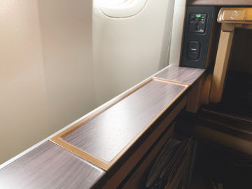 singapore airlines first class 777 300er seitenablage 1